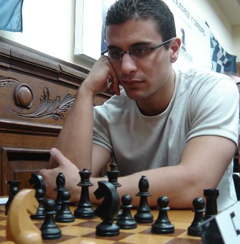 http://es.chessbase.com/portals/0/files/images/2009/CarlosIlardo09/ClubArgentinoSep09/FOTO%20014%20El%20MI%20Lucas%20Liascovich.JPG