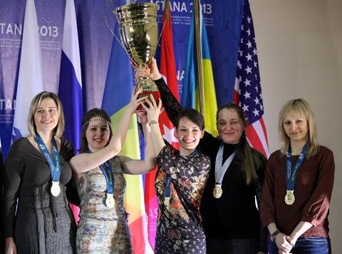 El equipo femenino con el trofeo de las Campeonas del Mundo