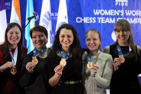 Las rusas ensenando sus medallas de bronce