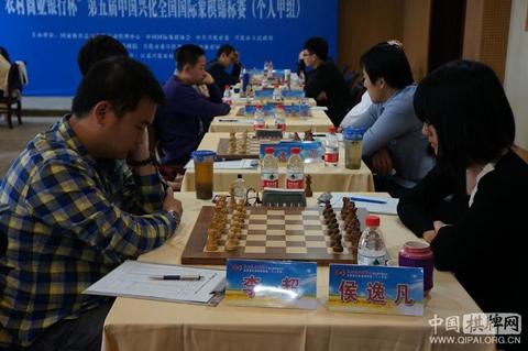 Hou Yifan (dcha.) participando en el Campeonato Absoluto