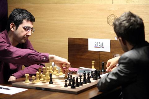 Kramnik moviendo