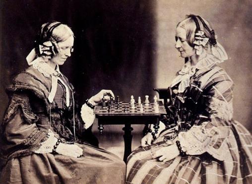 Henrietta y Margaret Lutwidge (tías del autor) jugando al ajedrez. Foto de Lewis Carroll