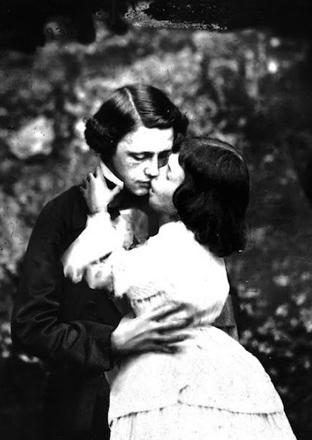 Imagen de Lewis Carroll besándose con Alice Liddell